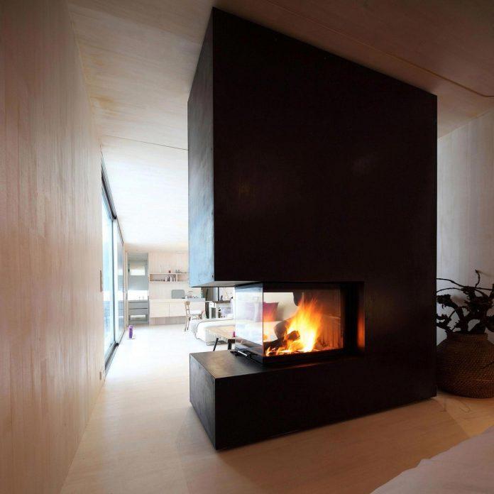 delugan-meissl-associated-architects-design-casa-invisibile-flexible-prefabricated-wood-structure-home-15
