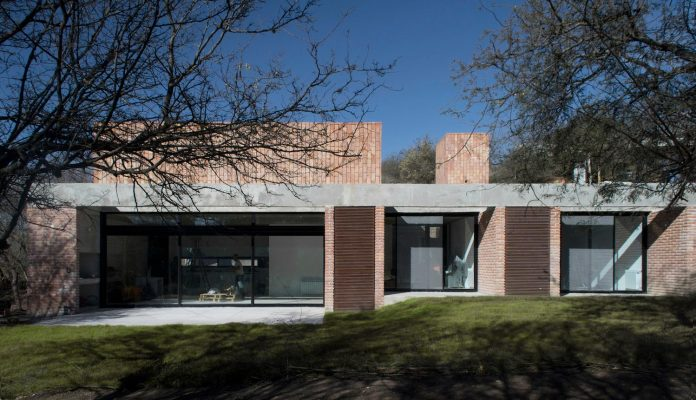 estudio-blt-design-gpl-brick-house-surrounded-typical-trees-sierras-mendiolaza-argentina-01