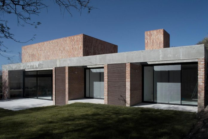 estudio-blt-design-gpl-brick-house-surrounded-typical-trees-sierras-mendiolaza-argentina-02