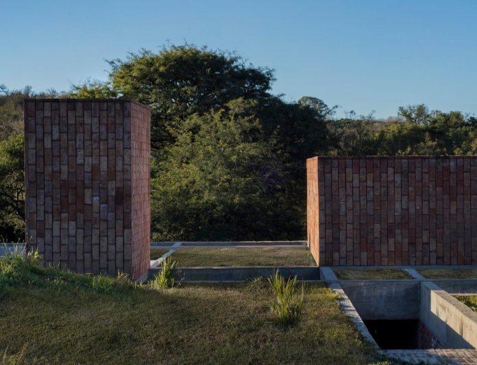 estudio-blt-design-gpl-brick-house-surrounded-typical-trees-sierras-mendiolaza-argentina-04