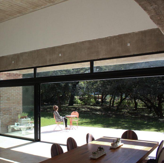 estudio-blt-design-gpl-brick-house-surrounded-typical-trees-sierras-mendiolaza-argentina-05