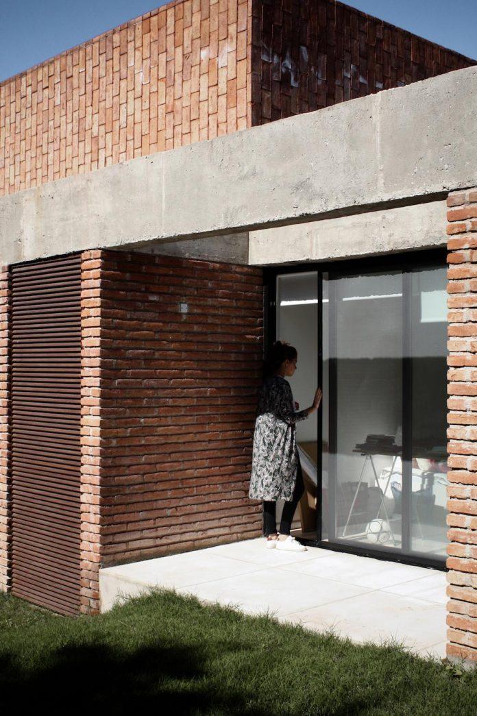 estudio-blt-design-gpl-brick-house-surrounded-typical-trees-sierras-mendiolaza-argentina-06
