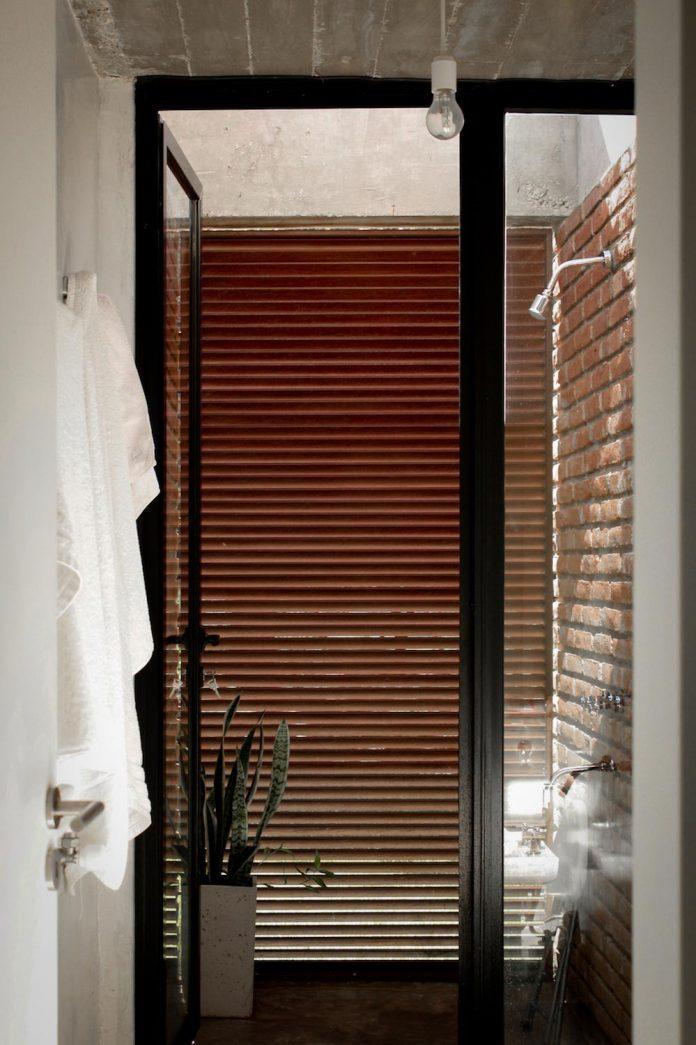 estudio-blt-design-gpl-brick-house-surrounded-typical-trees-sierras-mendiolaza-argentina-07