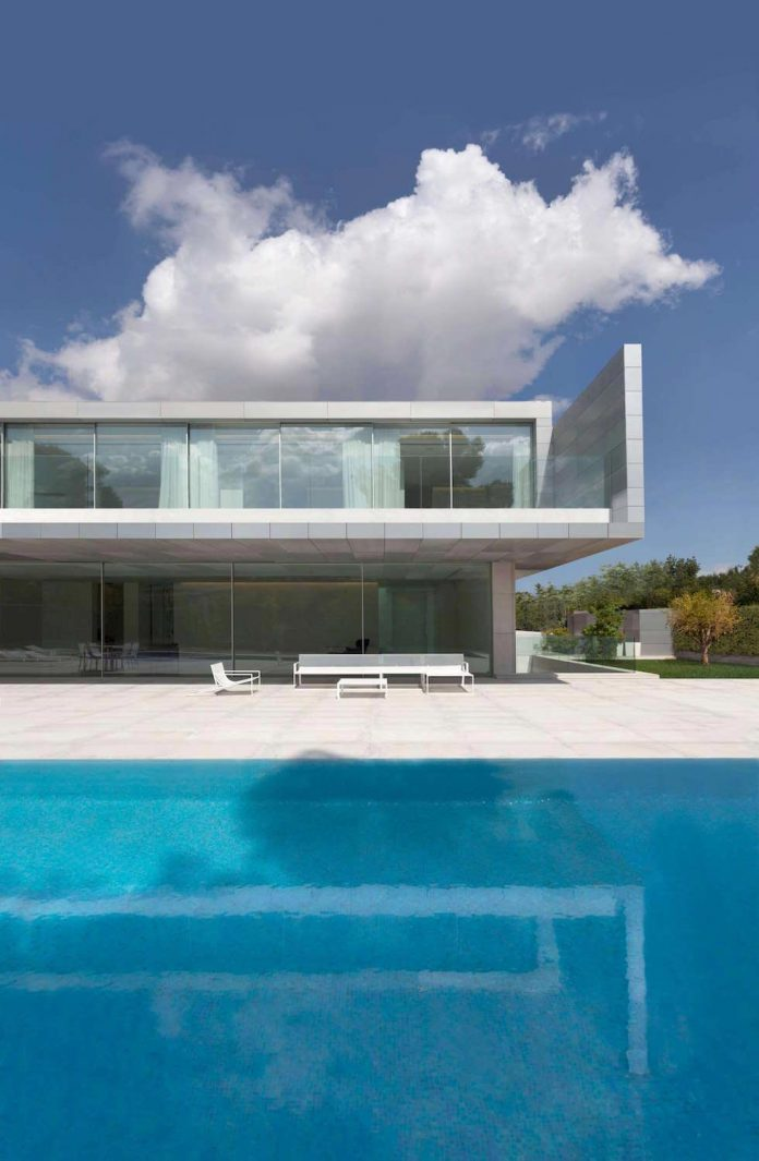 Modern Two Storey House Design With Terrace: Fran Silvestre Arquitectos Design The Modern Two-storey