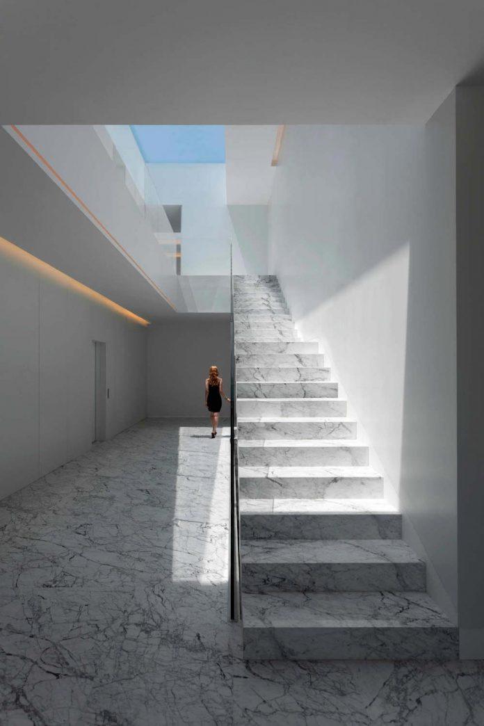 fran-silvestre-arquitectos-design-modern-two-storey-aluminium-residence-located-madrid-04
