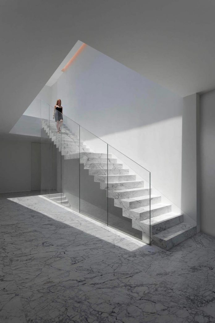 fran-silvestre-arquitectos-design-modern-two-storey-aluminium-residence-located-madrid-05