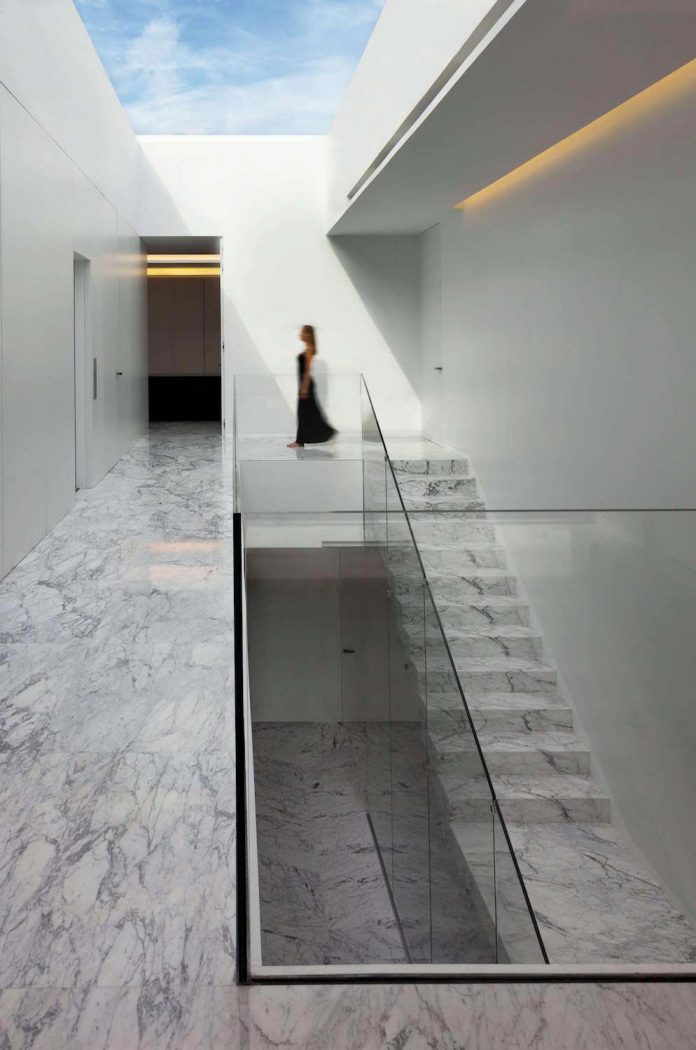 fran-silvestre-arquitectos-design-modern-two-storey-aluminium-residence-located-madrid-06