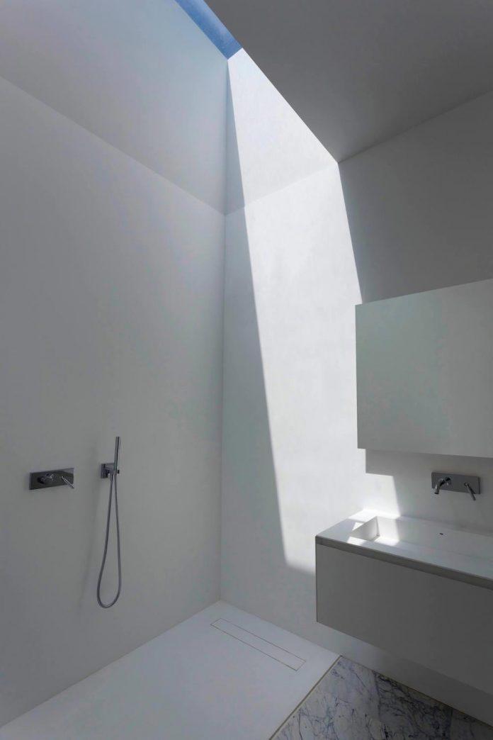 fran-silvestre-arquitectos-design-modern-two-storey-aluminium-residence-located-madrid-12