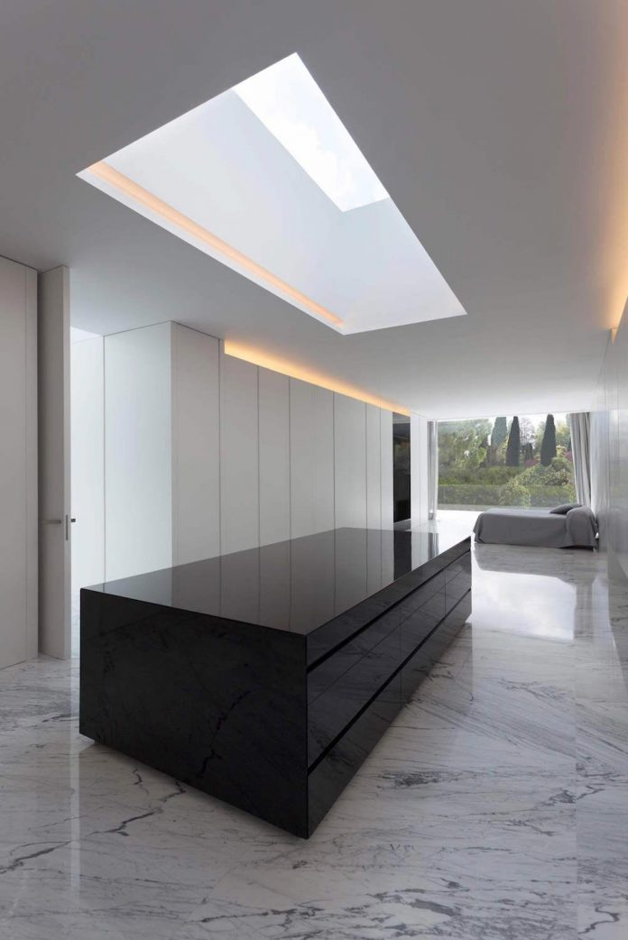 fran-silvestre-arquitectos-design-modern-two-storey-aluminium-residence-located-madrid-13
