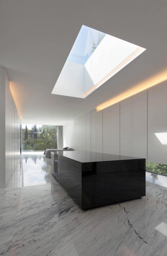 fran-silvestre-arquitectos-design-modern-two-storey-aluminium-residence-located-madrid-14