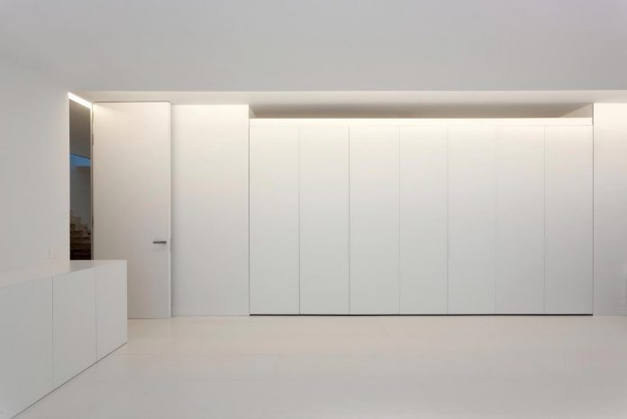 fran-silvestre-arquitectos-design-modern-two-storey-aluminium-residence-located-madrid-17