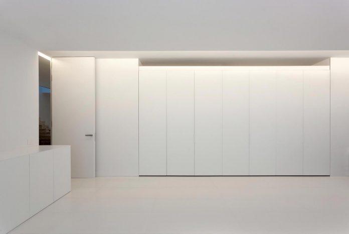 fran-silvestre-arquitectos-design-modern-two-storey-aluminium-residence-located-madrid-17
