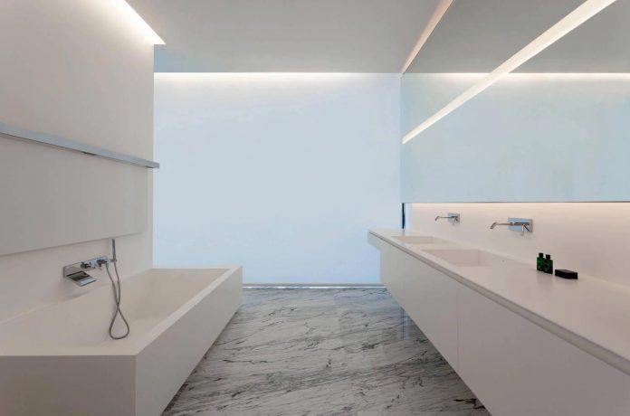 fran-silvestre-arquitectos-design-modern-two-storey-aluminium-residence-located-madrid-19