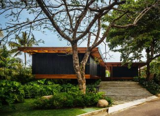 Jacobsen Arquitetura design the RT House located in a private area surrounded by vegetation