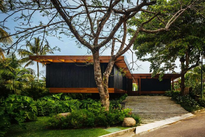 jacobsen-arquitetura-design-rt-house-located-private-area-surrounded-vegetation-01