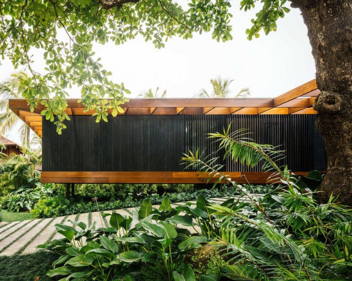 jacobsen-arquitetura-design-rt-house-located-private-area-surrounded-vegetation-04