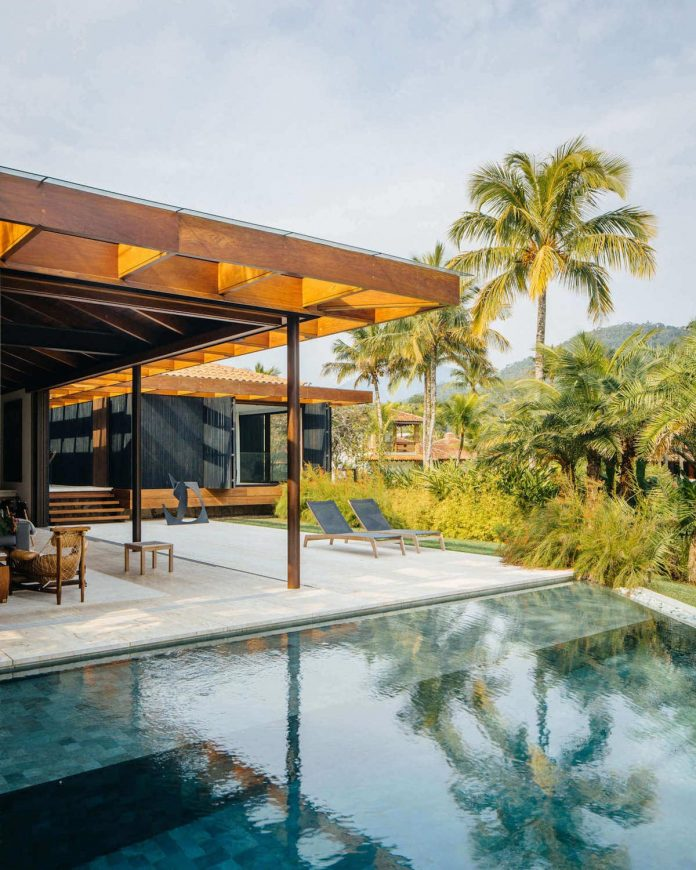 jacobsen-arquitetura-design-rt-house-located-private-area-surrounded-vegetation-05