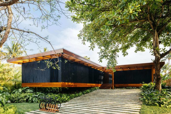 jacobsen-arquitetura-design-rt-house-located-private-area-surrounded-vegetation-06
