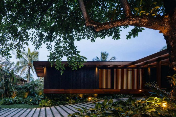 jacobsen-arquitetura-design-rt-house-located-private-area-surrounded-vegetation-09