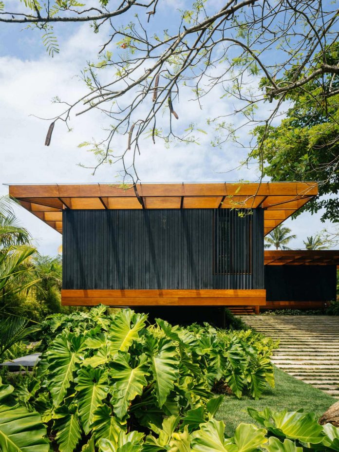 jacobsen-arquitetura-design-rt-house-located-private-area-surrounded-vegetation-11