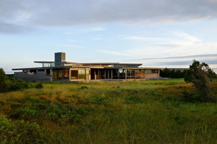 maryann-thompson-architects-design-bluff-house-occupying-crest-windblown-bluff-overlooking-atlantic-nearby-saltwater-ponds-01