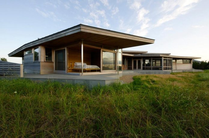 maryann-thompson-architects-design-bluff-house-occupying-crest-windblown-bluff-overlooking-atlantic-nearby-saltwater-ponds-02