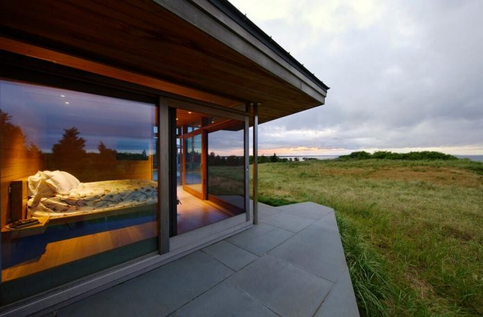 maryann-thompson-architects-design-bluff-house-occupying-crest-windblown-bluff-overlooking-atlantic-nearby-saltwater-ponds-03