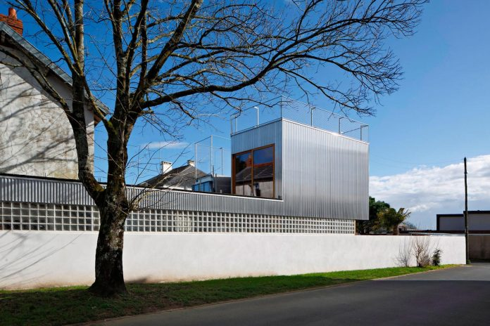 metal-wood-house-extension-nantes-designed-mabire-reich-architects-01