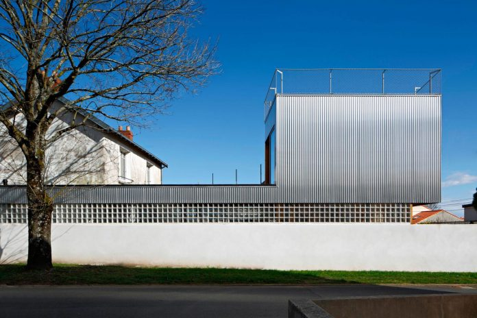 metal-wood-house-extension-nantes-designed-mabire-reich-architects-02