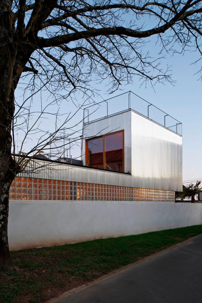 metal-wood-house-extension-nantes-designed-mabire-reich-architects-32