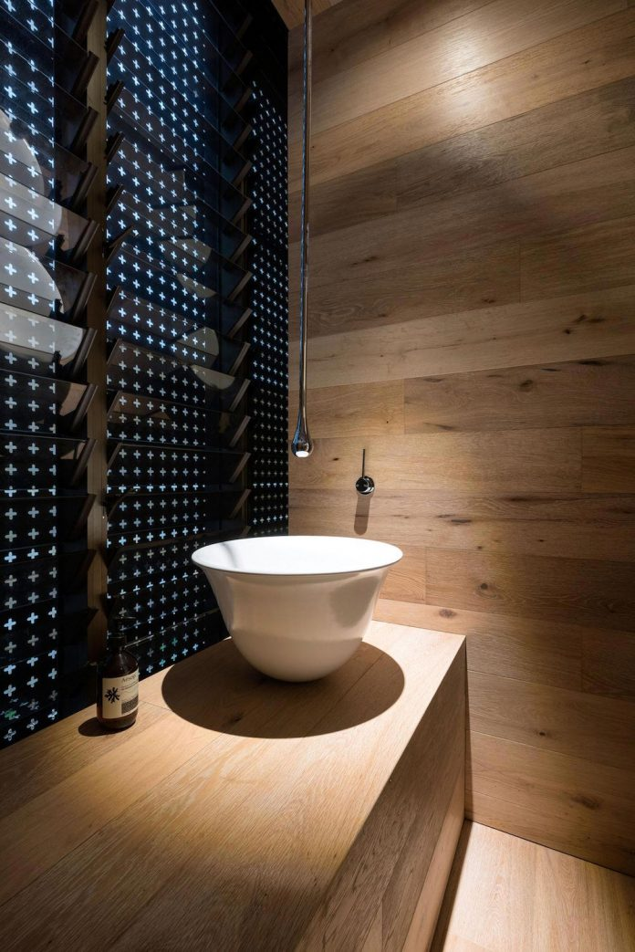 minimalistic-bronze-metalwork-exterior-chamberlain-street-residence-weststyle-design-development-25
