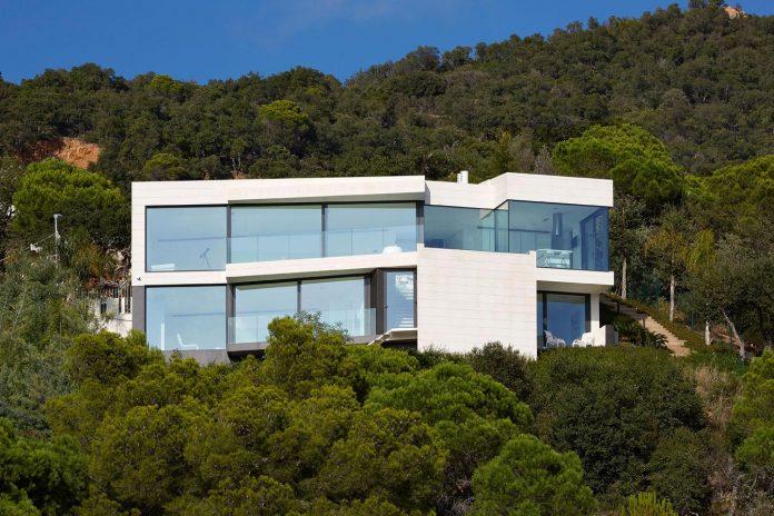 modern-mediterranean-vivienda-en-el-emporda-sea-front-villa-anna-podio-arquitectura-01