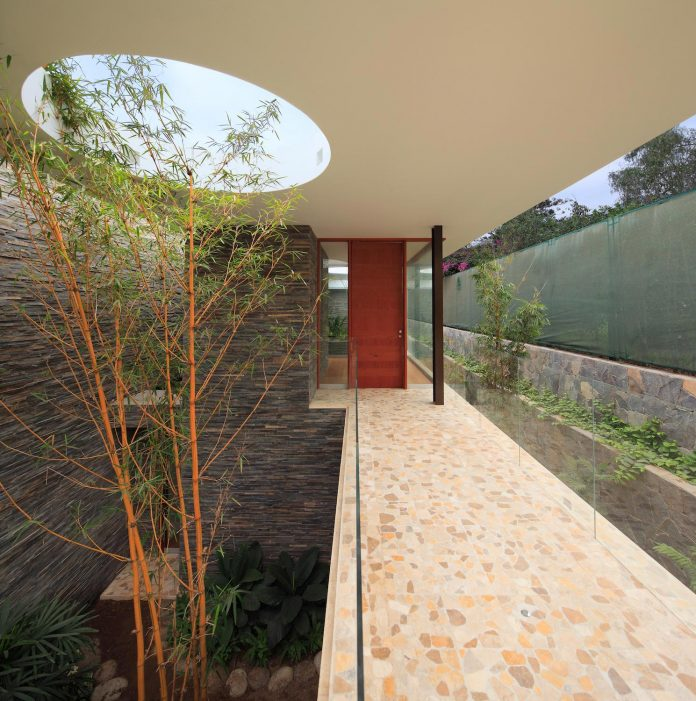 one-story-l-shaped-casa-lineal-lima-peru-designed-metropolis-oficina-de-arquitectura-02