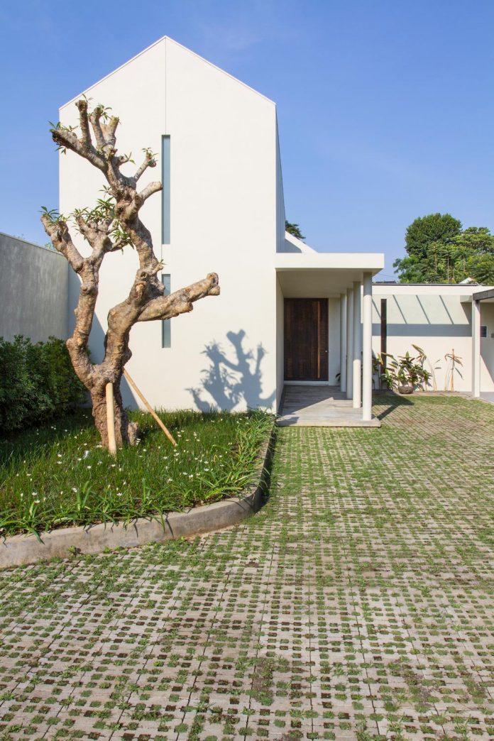 prv-a131-modern-contemporary-house-long-east-facing-land-parcel-e-re-studio-01