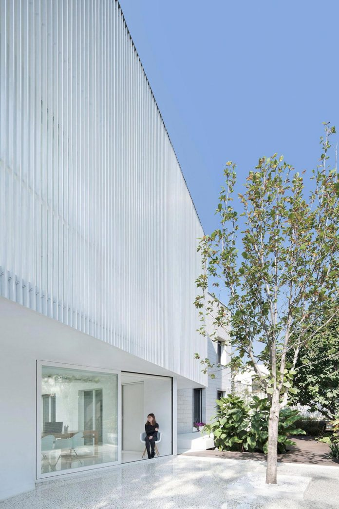 shunyi-pure-white-two-floor-house-near-beijing-remix-studio-02
