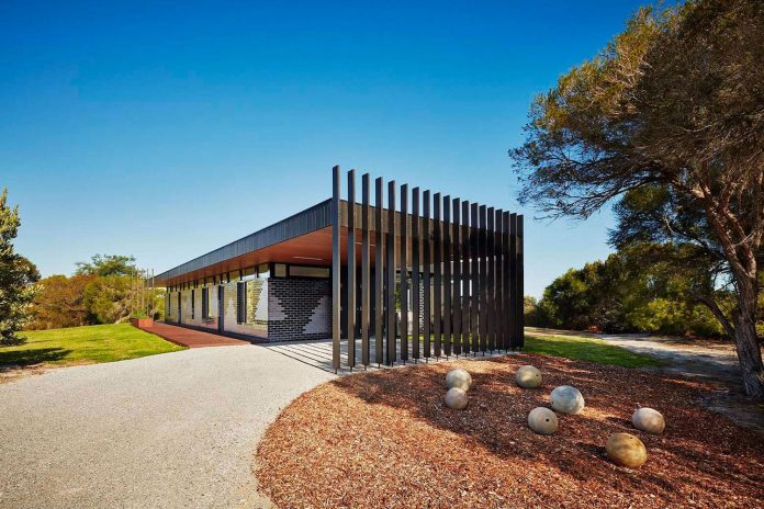 simple-modern-waratah-bay-colorful-residence-hayne-wadley-architecture-01