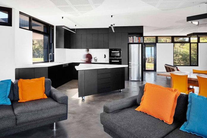simple-modern-waratah-bay-colorful-residence-hayne-wadley-architecture-07