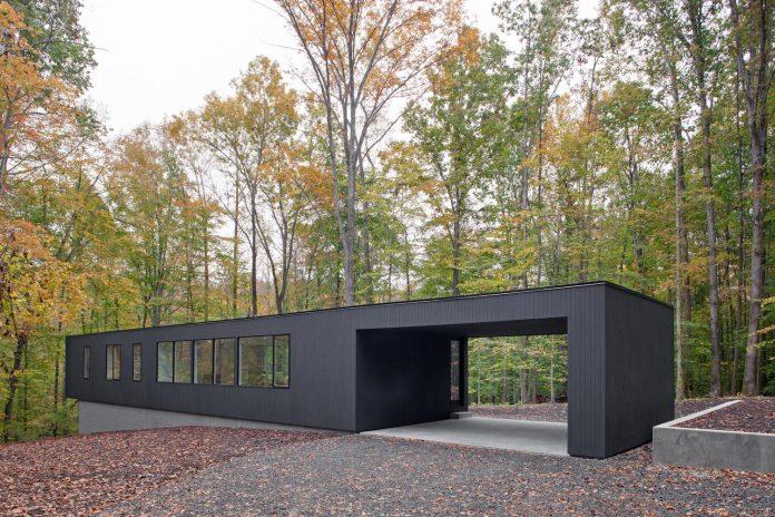 situ-studio-design-low-black-box-corbett-residence-settled-wooded-site-02