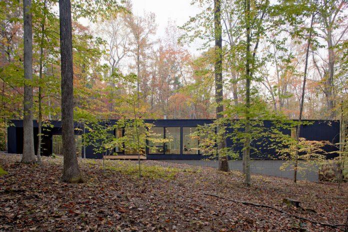 situ-studio-design-low-black-box-corbett-residence-settled-wooded-site-03