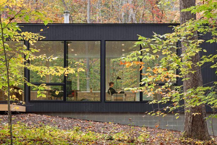 situ-studio-design-low-black-box-corbett-residence-settled-wooded-site-04