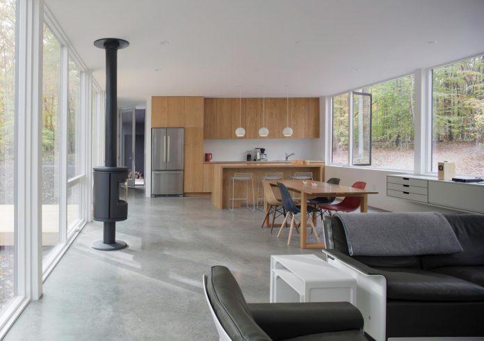 situ-studio-design-low-black-box-corbett-residence-settled-wooded-site-06