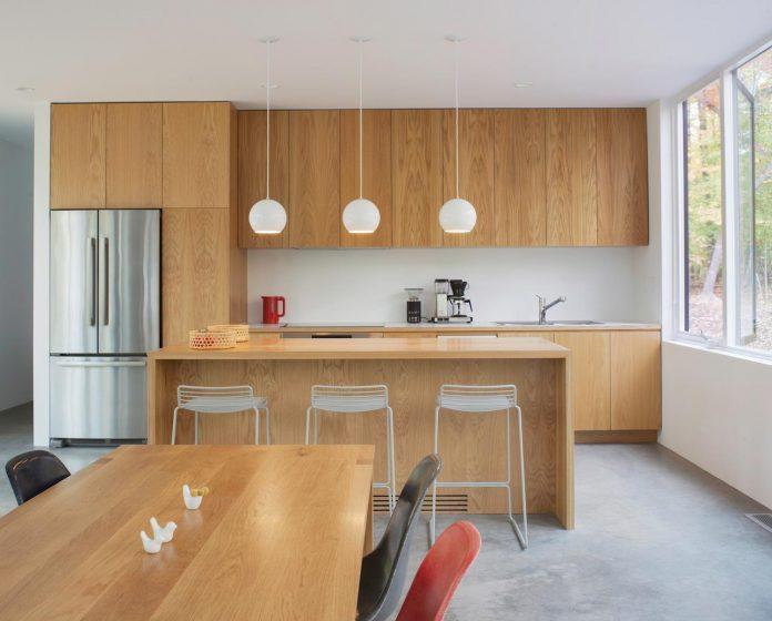 situ-studio-design-low-black-box-corbett-residence-settled-wooded-site-07