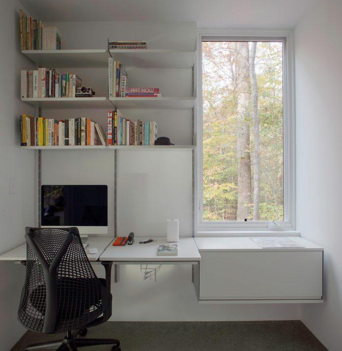 situ-studio-design-low-black-box-corbett-residence-settled-wooded-site-08