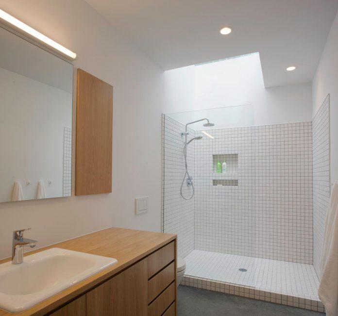 situ-studio-design-low-black-box-corbett-residence-settled-wooded-site-09