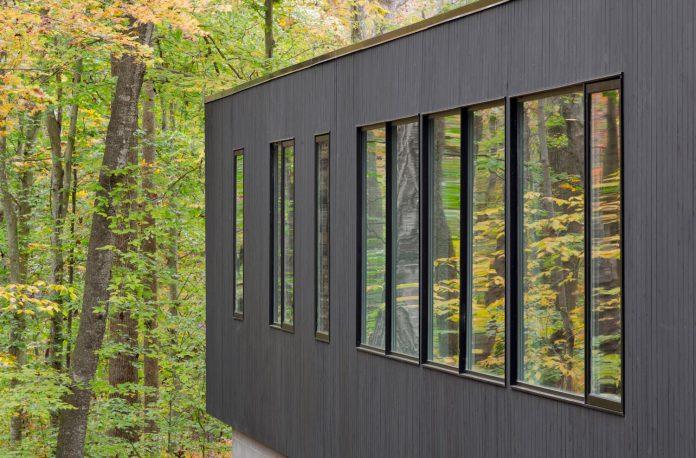 situ-studio-design-low-black-box-corbett-residence-settled-wooded-site-11