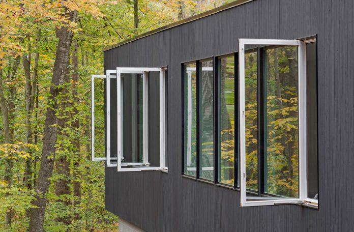 situ-studio-design-low-black-box-corbett-residence-settled-wooded-site-12