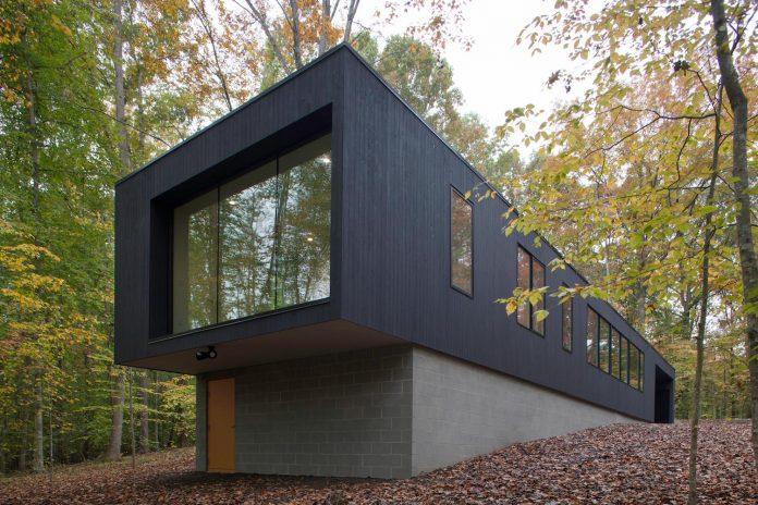 situ-studio-design-low-black-box-corbett-residence-settled-wooded-site-13