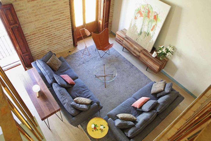 two-story-modern-apartment-situated-historical-center-valencia-designed-rubio-ros-02