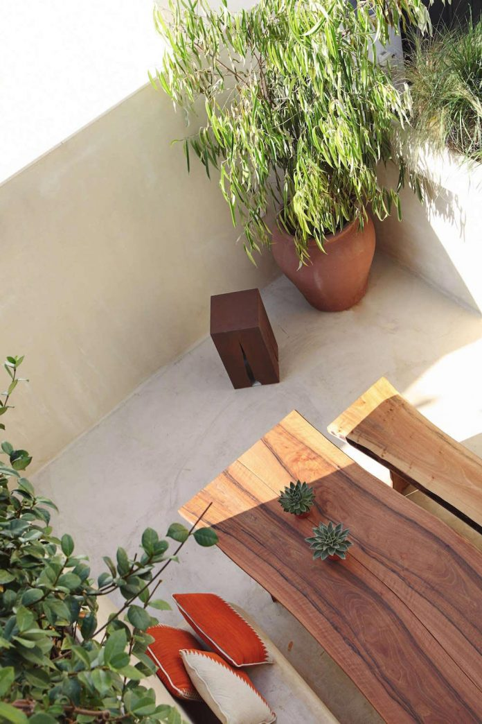 two-story-modern-apartment-situated-historical-center-valencia-designed-rubio-ros-11