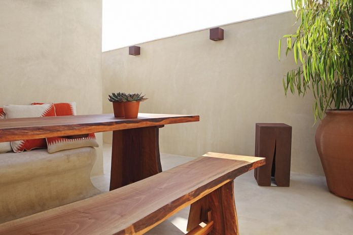 two-story-modern-apartment-situated-historical-center-valencia-designed-rubio-ros-13